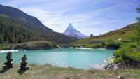 Matterhornberg mit See in der Schweiz