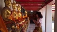 Vrouw die in tempel bidt