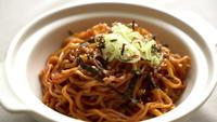 Koreanische Instant-Nudel mit Kimchi