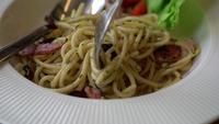 Espaguete com rolinhos de garfo