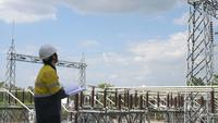Elektrisk ingenjör som kontrollerar kraftverk