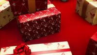 Röda presenter och ornament