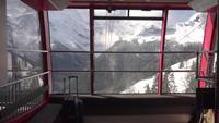 Carro de cable con vista a la montaña