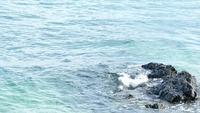 Piedra negra en el mar