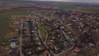 Drone vliegt over een dorp in 4K