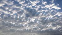 Nuvens lisas sedosas em um dia ensolarado