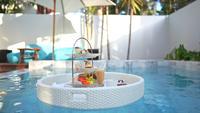 Ontbijt dienblad drijvend op een zwembad