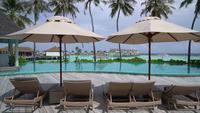 Strandstoel dichtbij zwembad