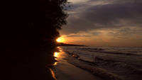 Vågor under solnedgången