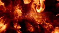 Fumée rougeoyante et fond de bois
