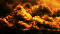 Fondo de nubes doradas de la tarde