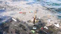 Basura y basura flotando en la superficie del agua