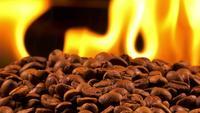 Granos de café tostados y fuego