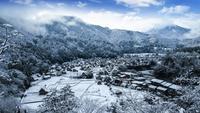 Vinter Shirakawago med snöfall Gifu Chubu Japan, världsarvstad.