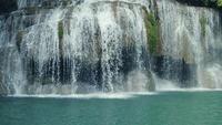 Cachoeiras de Erawan em uma floresta tropical