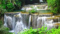 Huay Mae Khamin vattenfall, en vacker hamn i mitten av skogen i Kanchanaburi, Thailand