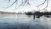 Een bevroren meer vanuit een laag perspectief