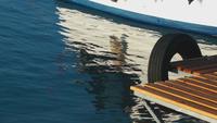 El muelle y la reflexión del barco de pesca