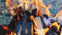 Holz brennt zusammen