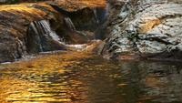 Vattenfall med ett gyllene solljus
