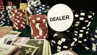 Fichas, cartas de póker y dados rojos