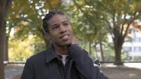 Glücklicher junger Afroamerikaner Mann