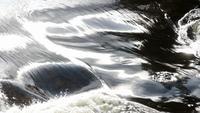 Silkeslen flödande vattenyta