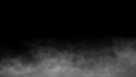 Boucle de brouillard sur fond noir.