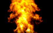 Feuer wächst auf einem schwarzen Hintergrund