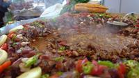 Matlagning av turkiskt kebabkött i basaren