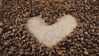 Grãos de café torrados e forma de coração no centro