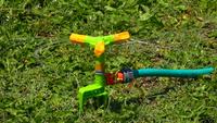 Fontaine d'eau gicle l'eau à l'herbe
