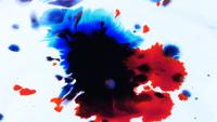 Abstrakte Tinte, die auf Weiß fällt