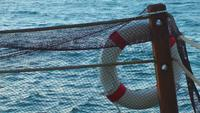 Rettungsboje und Netzstrümpfe