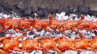 Heerlijke gegrilde kip op een grill met vlam.
