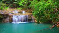 Hermosa cascada de Erawan en la selva tropical