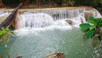 Erawan vattenfall i den vackra skogen Kanchanaburi