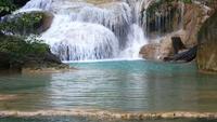 Vackra Erawan vattenfall mitt i skogen