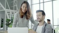 Vrouw die mannelijke collega in het bureau helpt