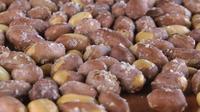 Geröstete gesalzene Erdnussnahrung, die auf einem Tisch rotiert