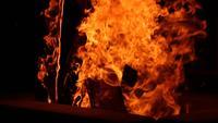 Brennholz brennende Flammen bei kaltem Wetter