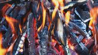 Holzfeuer brennt