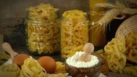 Köstliches rohes Makkaroni-Nudelmehl und Eier