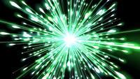 Een prachtig helder groen vuurwerk explodeert in de lucht