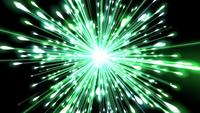 Un beau feu d'artifice vert vif qui explose dans l'air