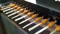 Verkäufer kocht würzigen Jang Lon auf Holzkohlegrillmaschine