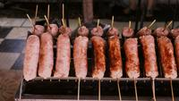 Brochettes de saucisses Sai krok Isaan grillées au charbon de bois
