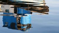 Båtreflektioner på havet