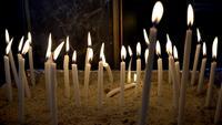 Feu brûlant des bougies dans une église