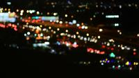 Embaçado engarrafamento de luz à noite